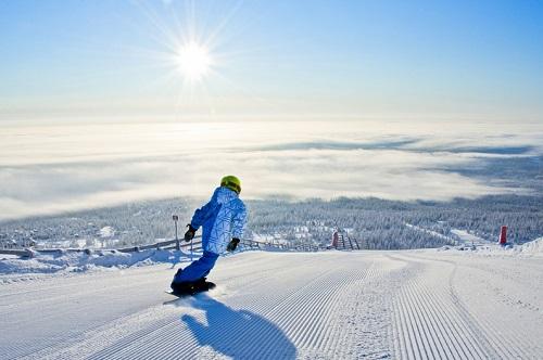 Snowboarding fresh runs in Trysil