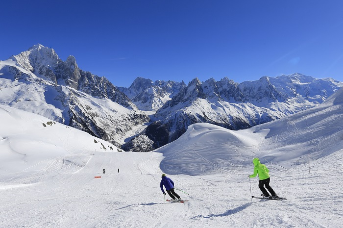 Two skiers in the three valleys