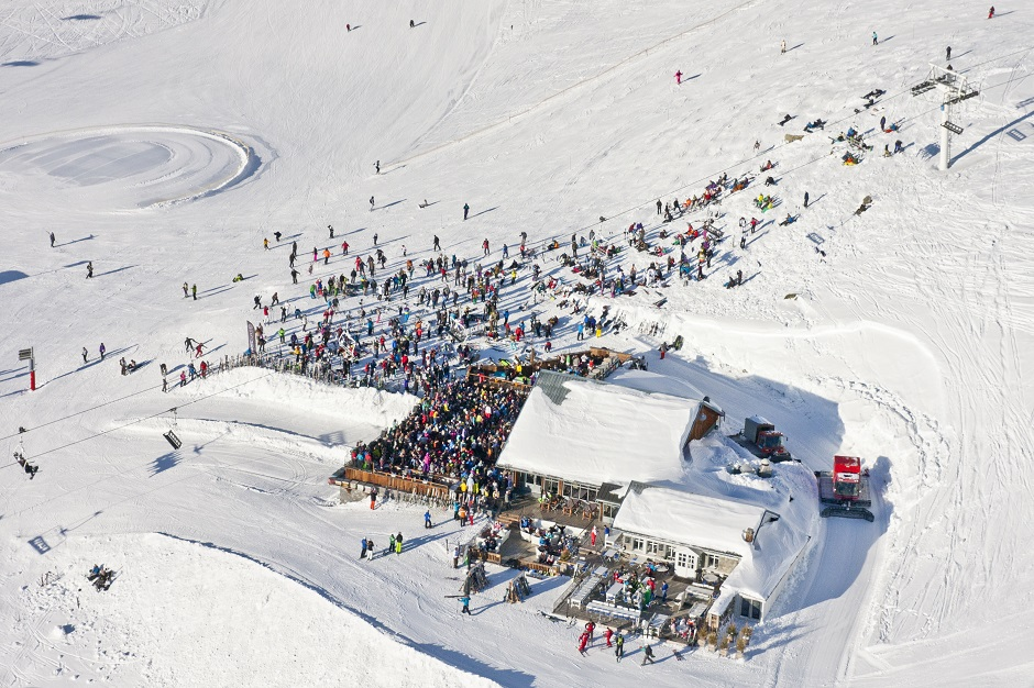 Large crowded bar on the Val Thorens slopes
